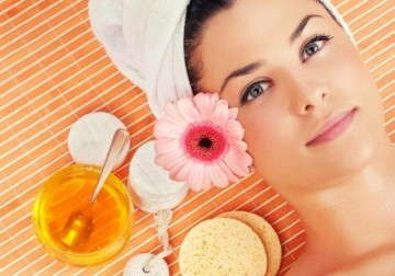 Image Traditional facial using Pure Honey
